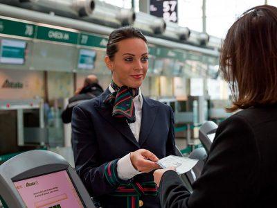 Lavorare per Alitalia: si assumono ingegneri, tecnici, piloti e assistenti di volo