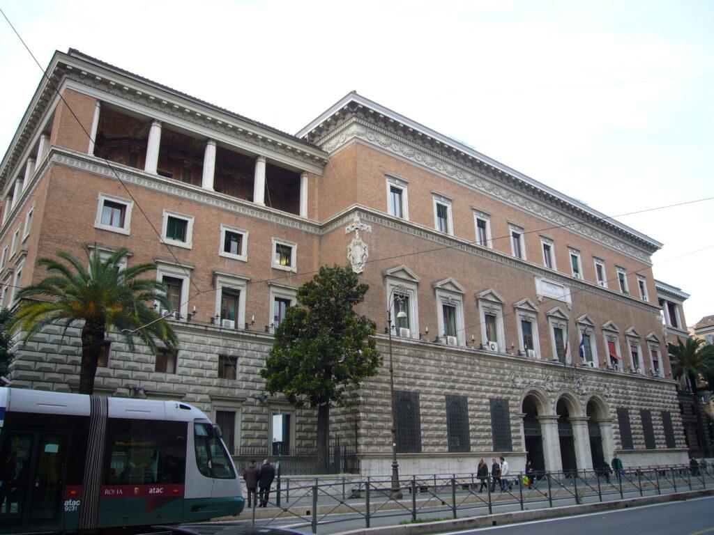 Il Ministero della Giustizia ha indetto un concorso pubblico, per titoli ed esami, per il reclutamento di 7 unità di personale non dirigenziale a tempo indeterminato per il profilo professionale di funzionario giudiziario presso gli uffici della Regione autonoma della Valle d'Aosta.