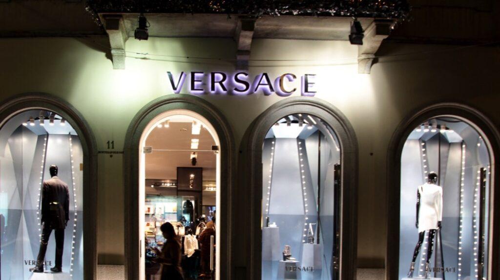 Versace assume personale a Milano e Venezia